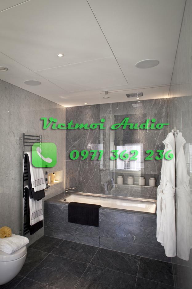 Phòng tắm cũng được anh Tùng lắp đặt loa âm trần