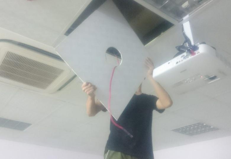 Kỹ thuật viên VM audio đang tiến hành đục trần thạch cao.